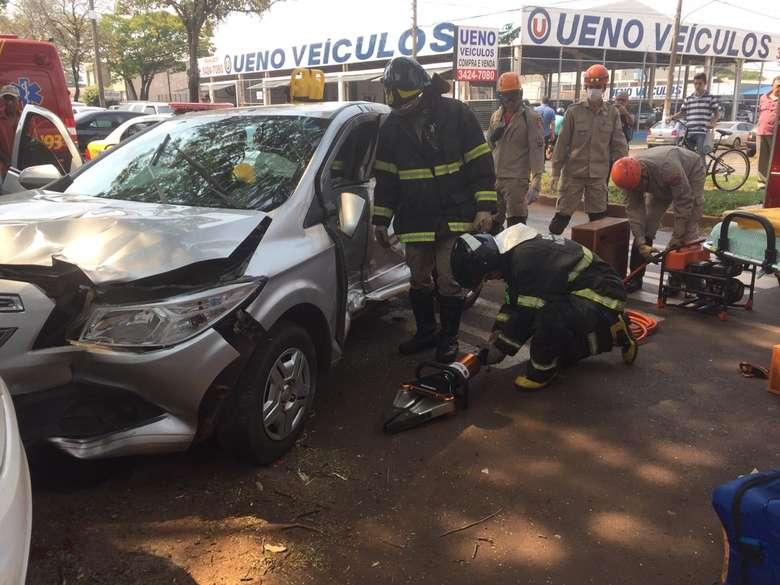 Mulher ficou presa entre as ferragens - Crédito: Vinicios Araújo/Dourados News