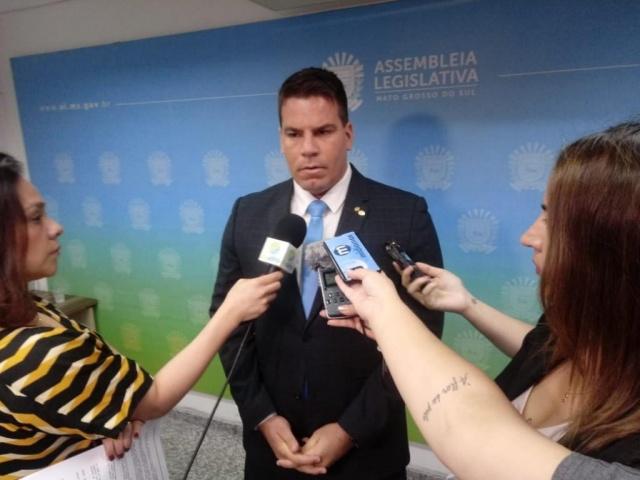 Deputado Renan Contar em entrevista durante a sessão desta terça-feira (Foto: Leonardo Rocha)