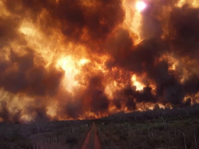 Nuvem de fumaça provocada por incêndios no Departamento de San Pedro, a 100 km de MS (Foto: Aguaray Notícias)