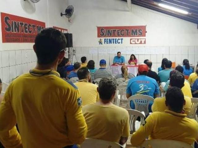 Assembléia que decidiu pela greve na noite desta terça-feira (10). (Foto: Divulgação)