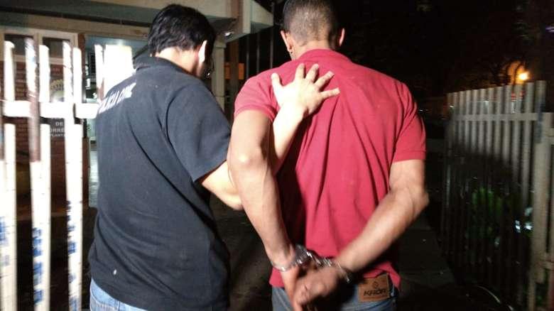 Homem foi encaminhado à delegacia na noite de ontem - Crédito: Osvaldo Duarte/Dourados News (adsbygoogle = window.adsbygoogle || []).push({}); SAIBA MAIS VIOLÊNCIA URBANA Motorista de aplicativo é sequestrado em Dourados e polícia prende suspeito A