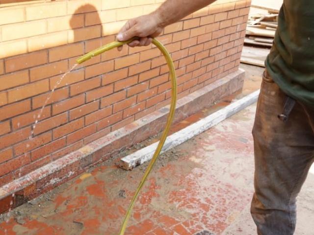 Mangueira ligada sem necessidade é um dos riscos de ampliar conta de água, alerta concessionária. (Foto: Kísie Ainoã)