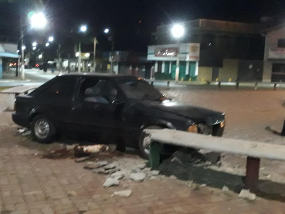 Foto mostra o veículo sobre a praça. Foto: Whatsapp