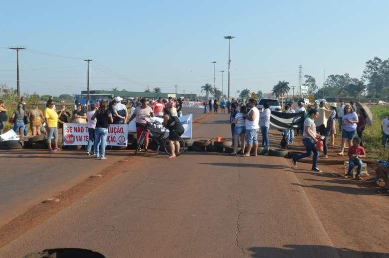 Populares montaram barricada de pneus para bloquear via. - Crédito: Vinicios Araújo/Dourados News