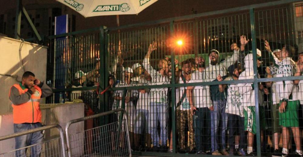 Torcedores do Palmeiras protestaram na Rua Palestra Itália (Foto: Joca Duarte/Photopress/Gazeta Press)