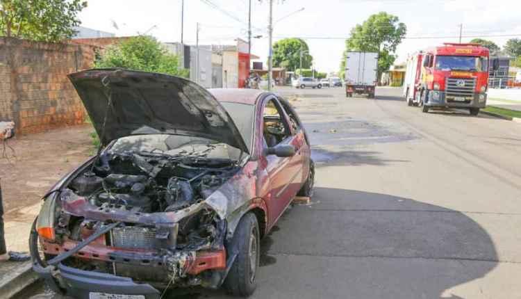 Ford KA parcialmente destruído nesta tarde. (Leonardo de França, Midiamax)