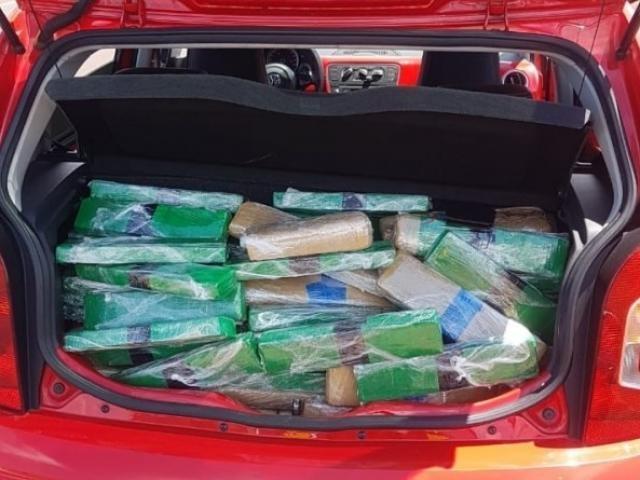 Carga estava dividida em 194 tabletes, encontrados no porta-malas do veículo. - Crédito: (Divulgação)