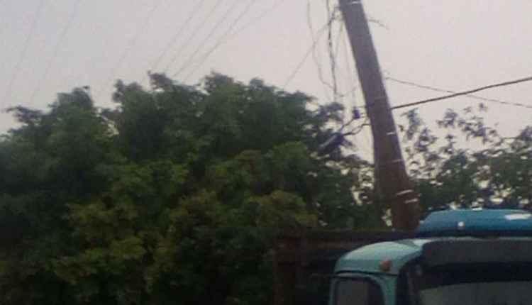 No Tarumã, poste tombou e está sustentado por caminhão   Foto: WhatsApp   Do Leitor