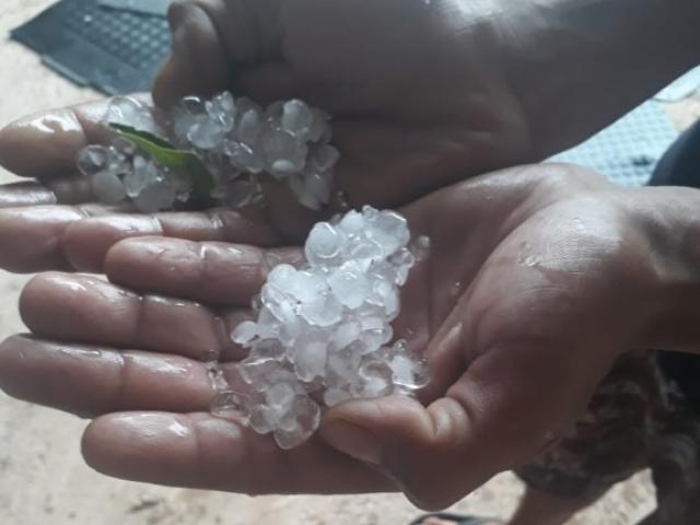 No bairro Tarumã, chuva chegou acompanhada de granizo. (Foto: Direto das Ruas)