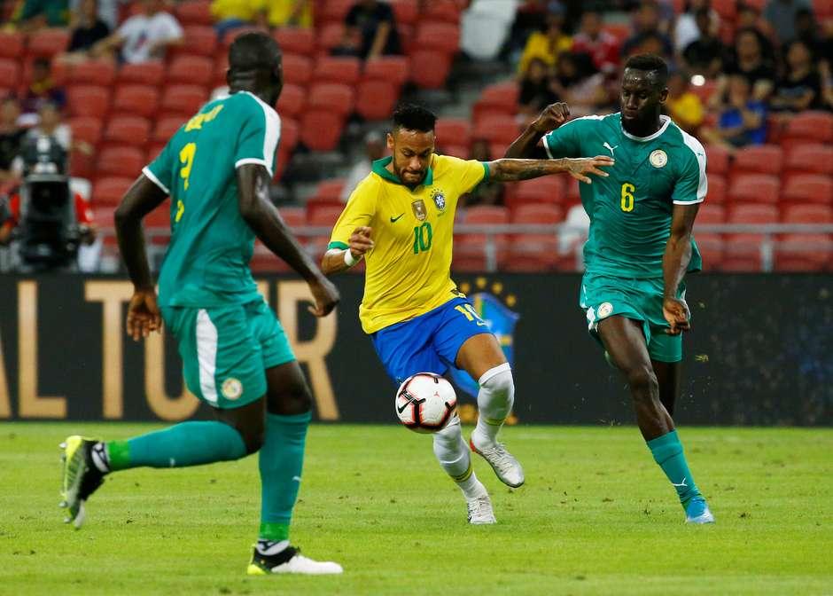 Neymar tenta o drible durante amistoso da Seleção contra Senegal Foto: Feline Lim / Reuters