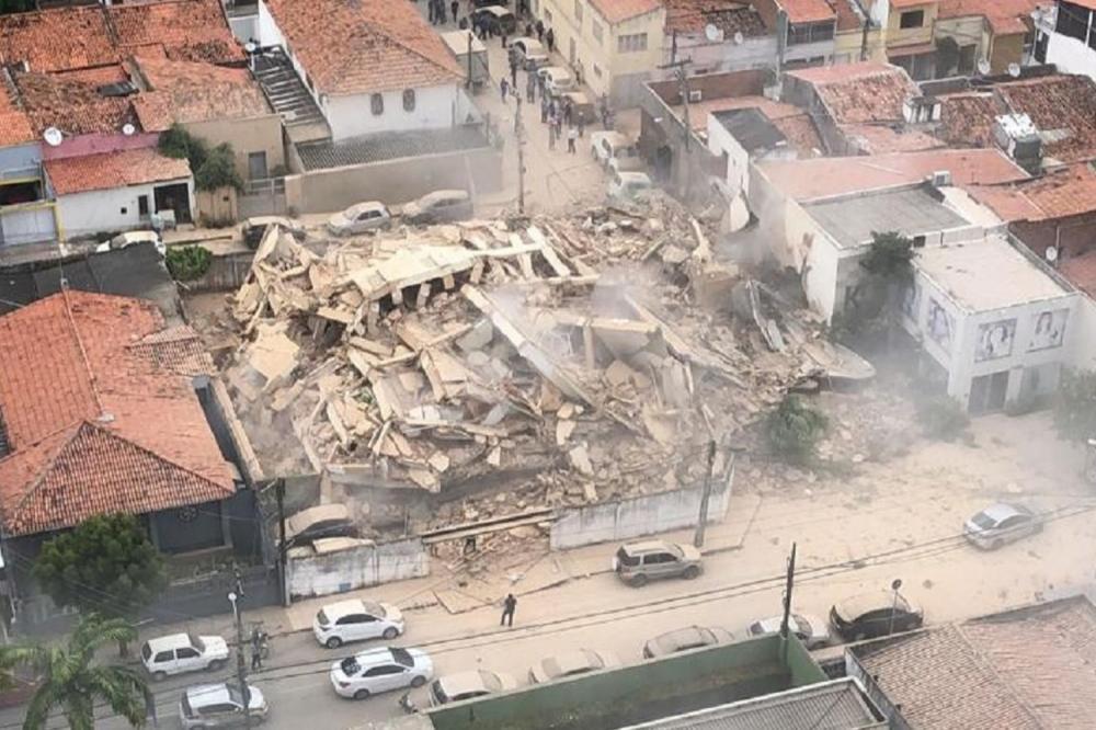 Prédio residencial de sete andares desabou nesta terça-feira (15), no bairro Dionísio Torres, em Fortaleza (SVM/Reprodução)