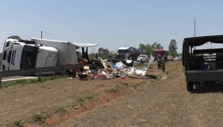 Carga ficou espalhada pela pista no local do acidente - Crédito: Rádio Caçula / Hugo Leal