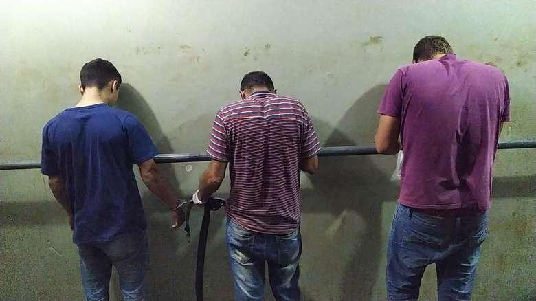 Cleverson, Douglas e Elias, presos com 600 quilos de maconha na BR-163. - Crédito: Adilson Domingos