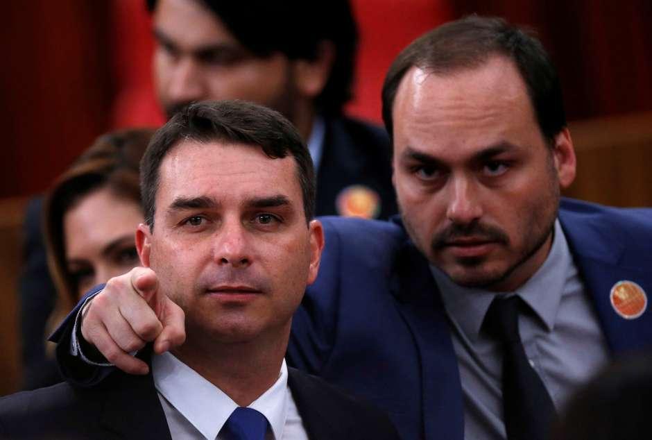 Carlos Bolsonaro (à direita), ao lado do irmão Flávio 10/12/2018 REUTERS/Adriano Machado Foto: Reuters