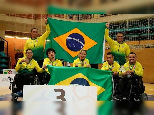 André, segundo sentado da esquerda para direita, com a equipe brasileira no pódio (Foto: COB/Divulgação)