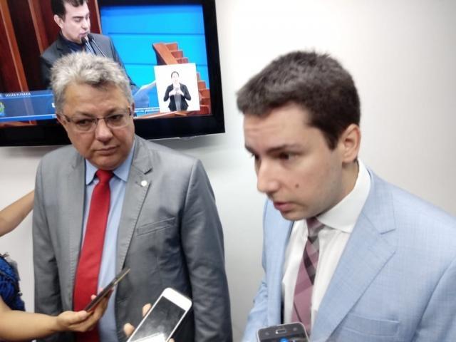 Evander Vendramini e João Henrique Catan apresentaram o projeto de resolução (Foto: Leonardo Rocha)