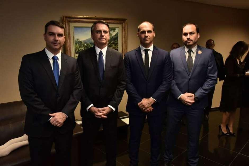 Flávio, Jair, Eduardo e Carlos Bolsonaro já protagonizaram embates com membros do PSL Foto: Família Bolsonaro / Reprodução / Estadão Conteúdo