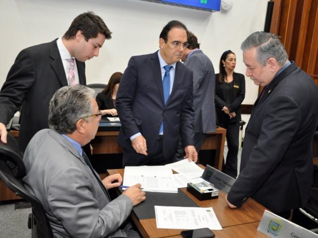 Deputado Felipe Orro (PSDB) recolhendo assinaturas dos colegas João Henrique Catan (PL), Antônio Vaz (Republicanos) e Evander Vendramini (PP), para CPI (Foto: Luciana Nassar/ALMS)