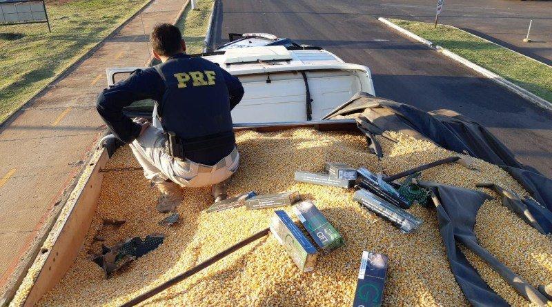 Cigarro estava escondido na carga de milho (Foto: PRF)