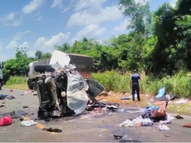 Veículo Gol foi completamente destruído no acidente. - Crédito: (Tá Na Mídia Naviraí)