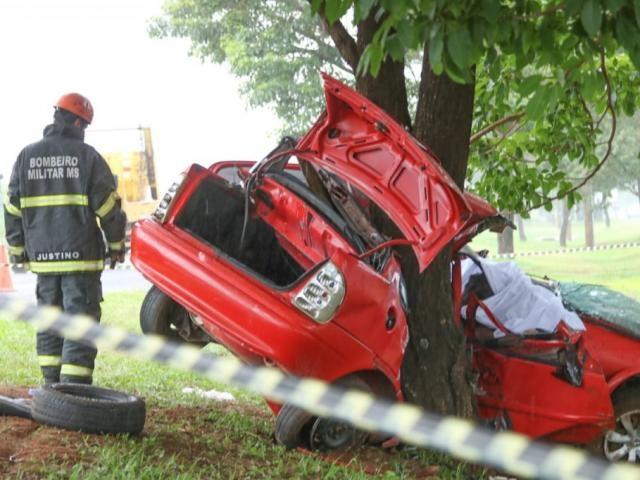 Veículo ficou destruído com impacto do choque com árvore - Crédito: Marcos Maluf/Campo Grande News