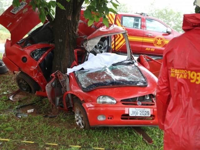 Corpos ficaram presos às ferragens em acidente na Capital - Crédito: Marcos Maluf/Campo Grande News