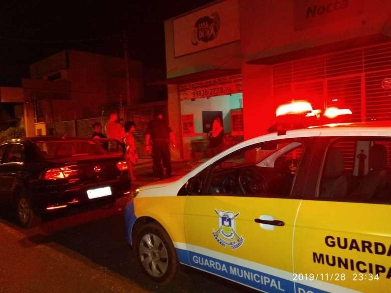 Grupo estourou porta de vidro de loja no Centro - Crédito: Interna: Divulgação/GMD // Galeria: Osvaldo Duarte/Dourados News