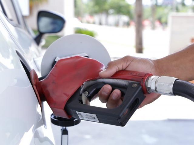 Carro é abastecido na Capital, onde litro da gasolina passa dos R$ 4 (Foto: Kísie Ainoã)