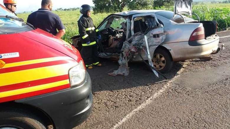 Vítima fatal conduzia veículo que colidiu contra caminhão - Crédito: Corpo de Bombeiros de Nova Alvorada do Sul