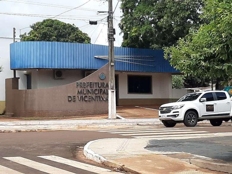 Policiais do Gaeco cumprem mandados na prefeitura de Vicentina - Crédito: Divulgação