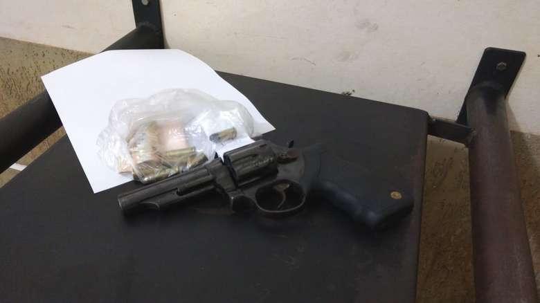 Arma apreendida pela polícia com adolescente - Crédito: Osvaldo Duarte/Dourados News