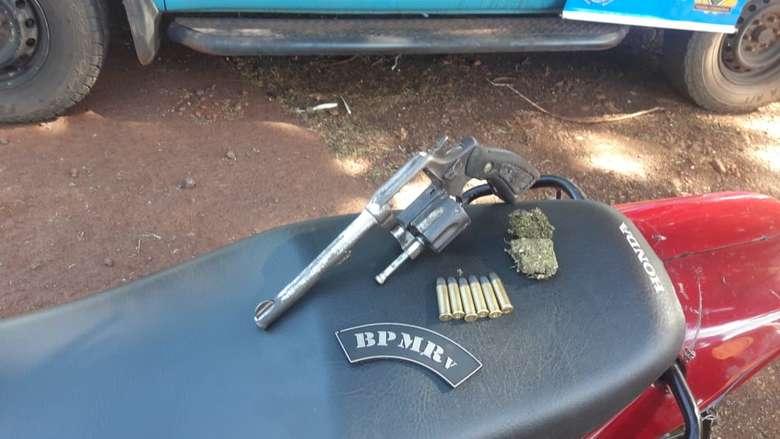 Motocicleta e revolver que seriam usados em roubos. - Crédito: Divulgação/PMR