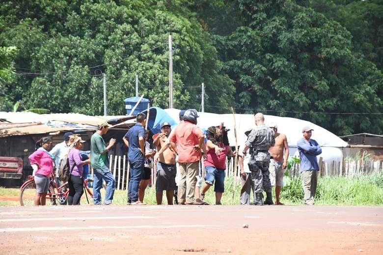 Na imagem, o comandante da PM conversava com os indígenas para tentar dispersar o grupo - Crédito: Hedio Fazan/Dourados News