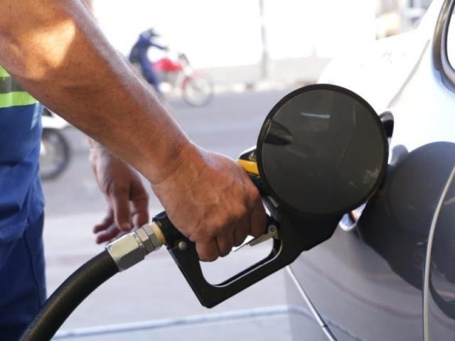 Frentista abastece carro em Campo Grande, onde combustível é vendido no mínimo a R$ 4,14 (Foto: Kísie Ainoã/Arquivo)