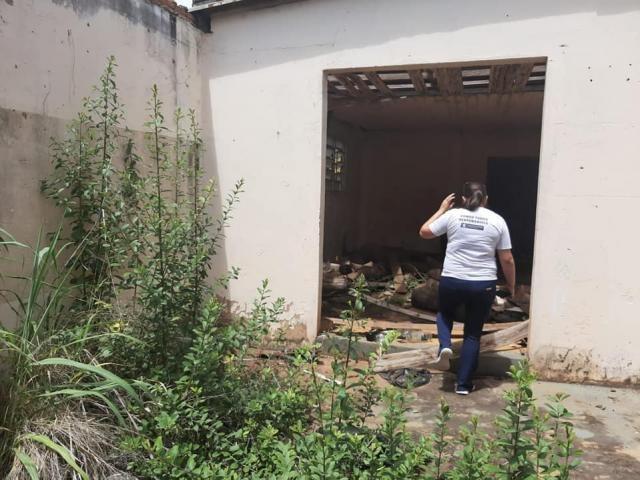 Agente de saúde entra em imóvel em situação de abandono (Foto: Sesau/Divulgação)