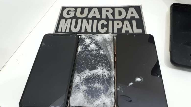Aparelhos roubados foram apreendidos com os menores - Crédito: Divulgação/GMD