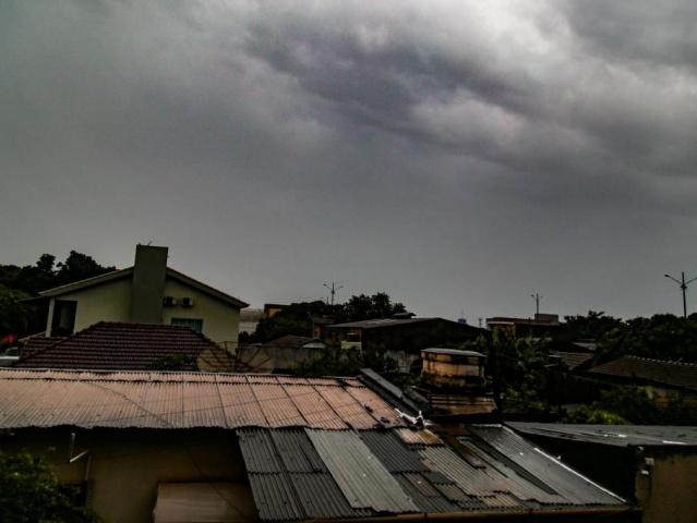 Céu escuro em Ponta Porã por volta das 6h; tempo virou na noite de ontem e foram registrados 64,4 milímetros de chuva até agora na cidade (Foto: Marcos Maluf)