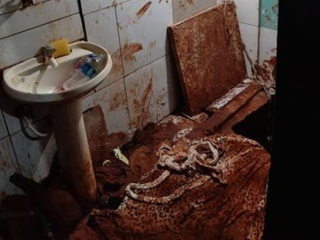 Banheiro sujo em ala do PCC no Presídio paraguaio mostra indícios de túnel escavado (Foto: Divulgação)