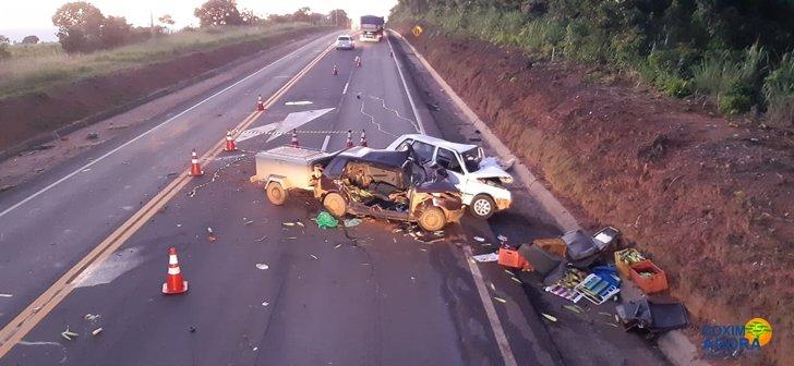 Carros ficaram destruídos (Foto: Maikon Leal/Coxim Agora)