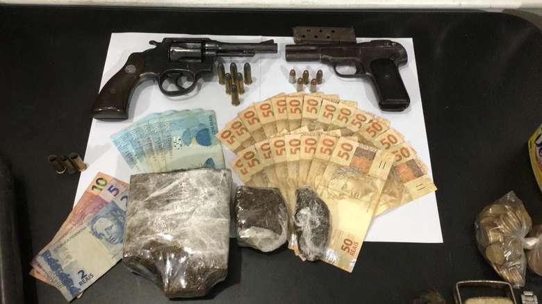Armas, drogas e dinheiro foram apreendidos - Crédito: Divulgação/Defron