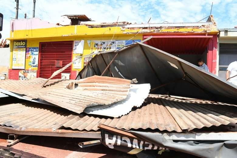 Distribuidora de bebidas na rua Raul Frost ficou com a fachada destruída - Crédito: Hedio Fazan/Dourados News