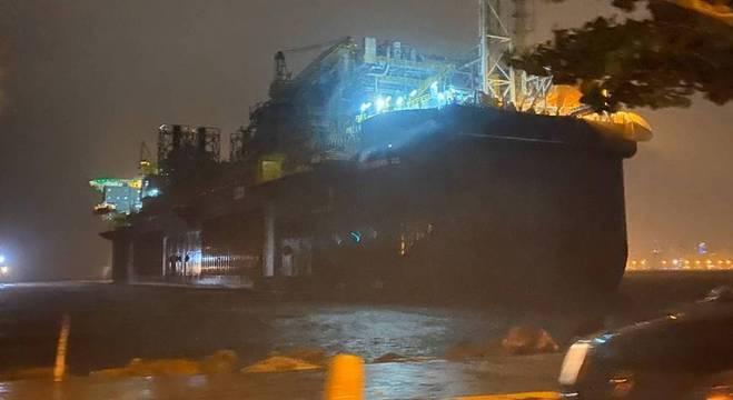 Temporal leva plataforma da Petrobras próximo à orla de Niterói