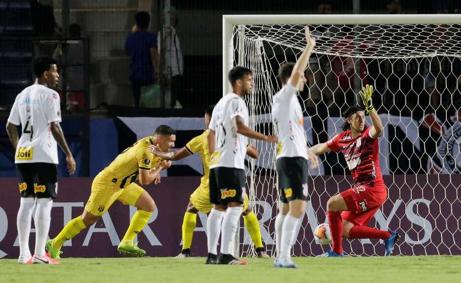 Guaraní marca o gol da vitória por 1 a 0 sobre o Corinthians no jogo de ida da 2ª fase da Libertadores 2020 Foto: Jorge Adorno / Reuters