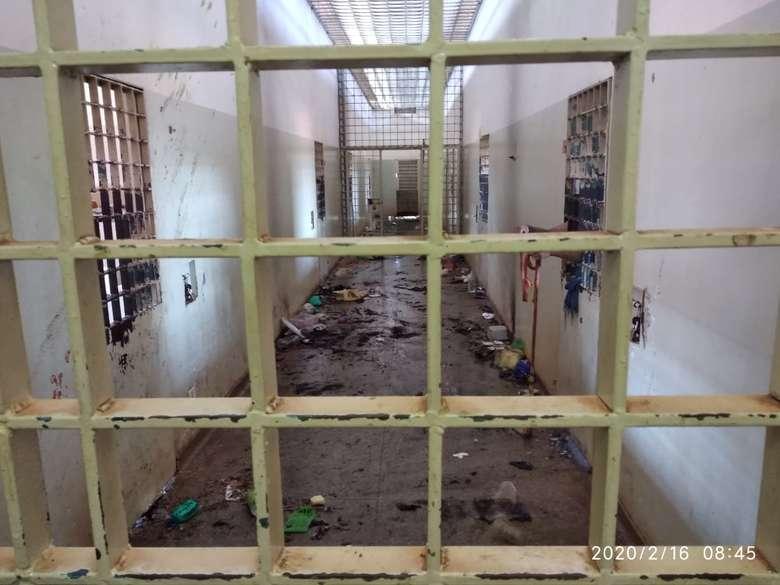 Os internos iniciaram um protesto que quase terminou em rebelião com intimidações, tumulto e incêndios - Crédito: Dourados News/Divulgação (adsbygoogle = window.adsbygoogle || []).push({}); SAIBA MAIS DOURADOS VÍDEO: Internos 'batem grade' e queima