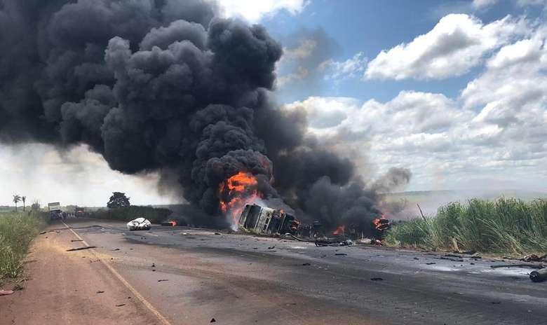 Acidente entre caminhão e carreta deixa um morto na BR-267, Em Nova Alvorada do Sul (MS). - Crédito: Alvorada Informa