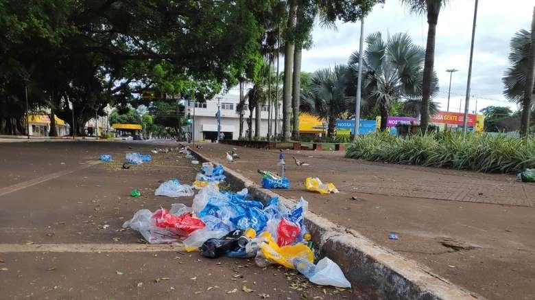 Trabalhadores da limpeza fizeram a recolha do lixo nas primeiras horas da manhã - Crédito: Osvaldo Duarte/Dourados News