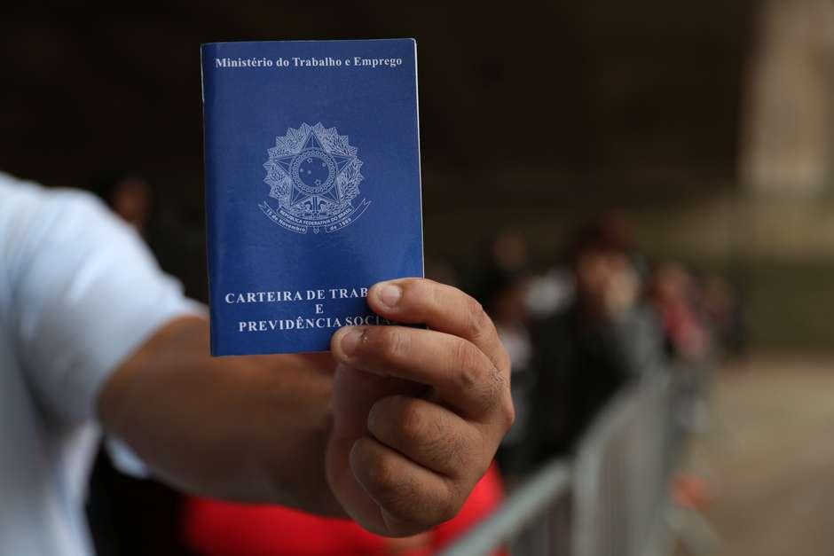 Homem mostra carteira de trabalho em fila para buscar vagas de emprego, em São Paulo 29/03/2019 REUTERS/Amanda Perobelli Foto: Reuters