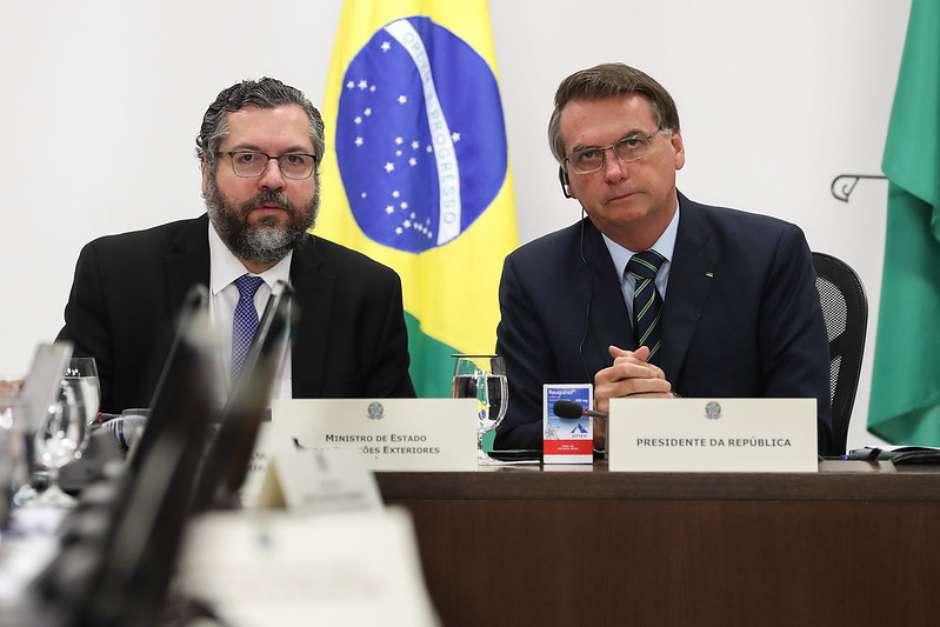 Bolsonaro e Ernesto Araújo em videoconferência dos líderes do G-20 Foto: Marcos Corrêa/PR / Divulgação
