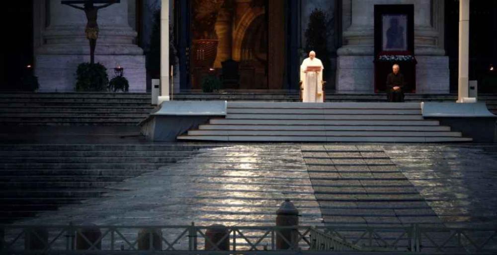 Papa realizou missa sozinho, no Vaticano, em exemplo aos fieis sobre a quarentena. (Reuters)