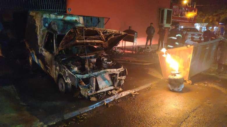 Incêndio em açougue no Jardim Flórida deixa carro e motos completamente destruídos